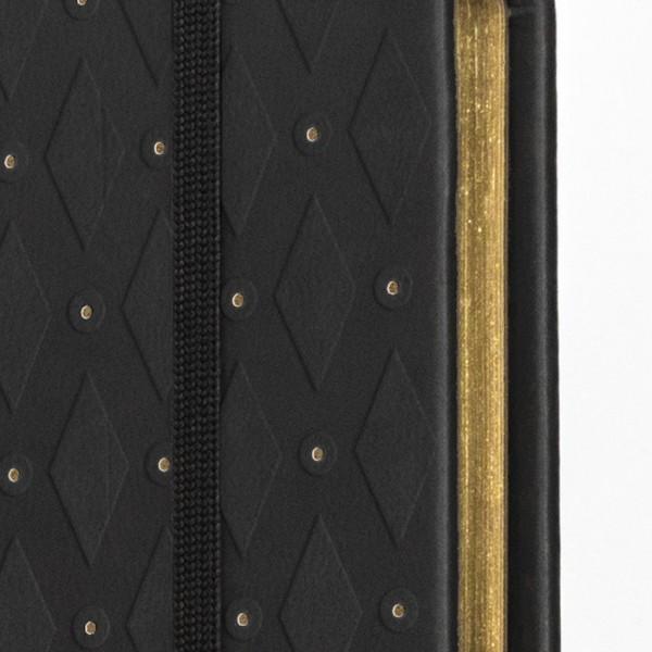 ROMB skrivbok - svart/guld djuppräglad - fokus på guldsnitt - skrivi.se 2