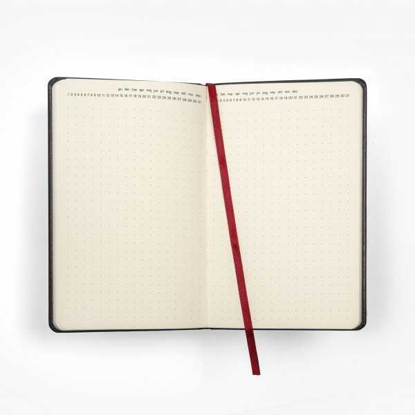 BLOMMA skrivbok - röd/blå djuppräglad - uppslag med punktade sidor och månad dag överst på sidan - skrivi.se