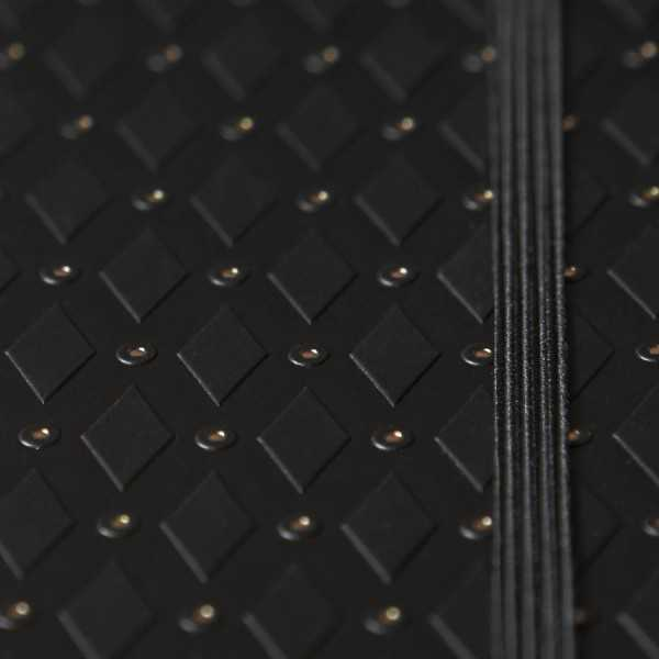 ROMB skrivbok - svart/guld djuppräglad - fokus på guldsnitt - skrivi.se