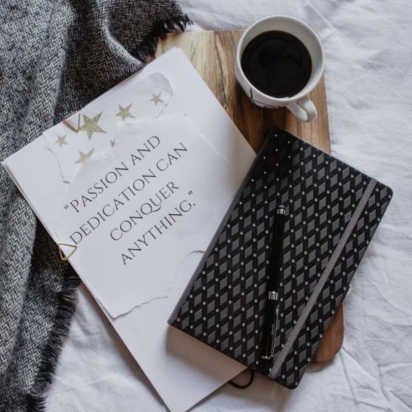 ROMB anteckningsbok - svart/guld djuppräglad - uppslag med punktade sidor och månad dag överst på sidan - skrivi.se