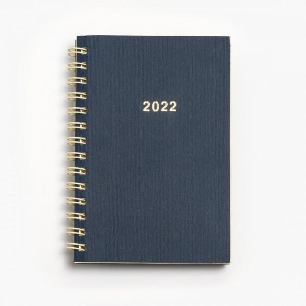 Tredelad fickkalender 2022 - spiralbunden - äkta skinn - utbytbar kalenderdel fullmatad med viktig information