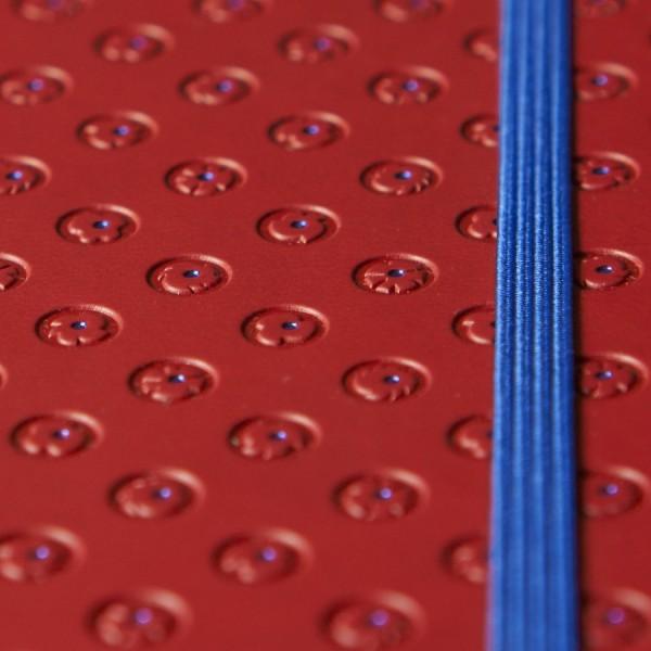 BLOMMA skrivbok - röd/blå djuppräglad - fokus på omslag med prägling - skrivi.se