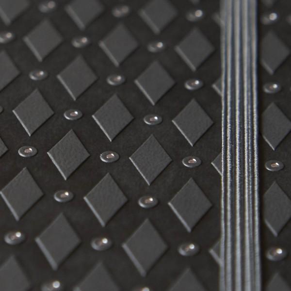 ROMB skrivbok - grå/silver djuppräglad - fokus på snitt i silver på bladen - skrivi.se